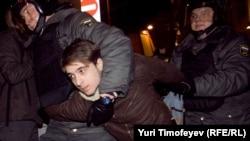 Мәскәүдә полициянең махсус бүлеге хезмәткәрләре сайлау нәтиҗәләренә каршылык белдереп протест чарасында катнашучыларны тоткарлый. 6 декабрь 2011