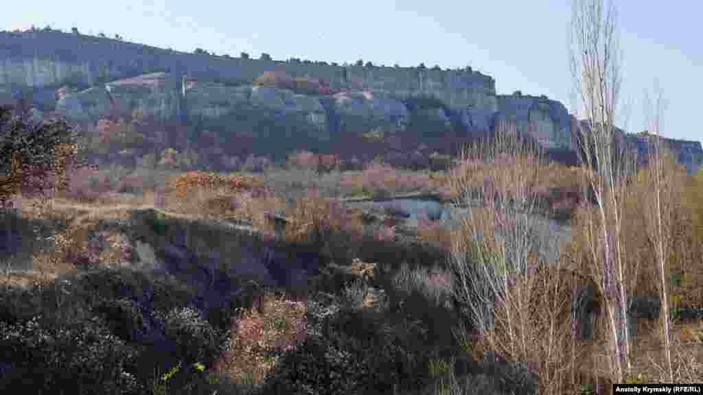 Вид на гору Крокодил с правого берега реки Бельбек недалеко от села Танковое