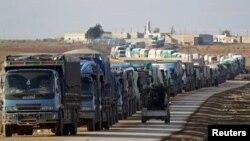 در این تصویر از میانه ژانویه نیروهای «ارتش آزاد» در شمال الباب از کنار کامیونهایی که به دلیل شدت درگیریها کنار جاده پارک کردهاند، رد میشوند.