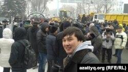 Митинг болып жатқан жерге келген қар тазалайтын техника. Алматы, 15 ақпан 2014 жыл.