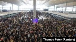 Բողոքի ակցիայի հազարավոր մասնակիցներ Հոնկոնգի միջազգային օդակայանի տարածքում, 12 օգոստոսի, 2019թ.