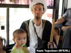 Рамазан айында қоғамдық көлікпен кетіп бара жатқан мұсылман. Алматы, 2 тамыз 2011 жыл.