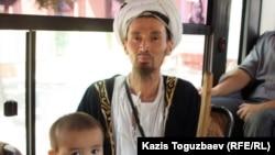 Мусульманин едет в автобусе. Алматы, 2 августа 2011 года.