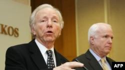 Сенаторы Джозеф Либерман (слева) и Джон Маккейн во время выступления в Вильнюсе