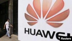Huawei компаниясының офисі алдында тұрған белгісі. Қытай, 9 қазан 2012 жыл.