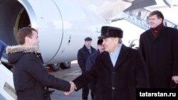 Медведевне Казанда президенттай каршы алдылар
