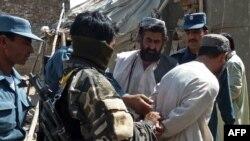 Күдікті адамды ұстаған Ауғанстанның қауіпсіздік күштерінің өкілдері. Көрнекі сурет.