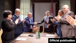 Nagorno-Karabakh -- President Ara Harutiunian and Samvel Babayan sign a memorandum of cooperation, Stepanakert, May 25, 2020.