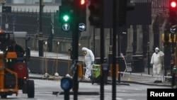 Слідчі і співробітники поліції працюють на місці нападу біля Вестмінстерського мосту в Лондоні, 23 березня 2017 року