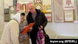 Виставка в Сімферополі до 105-річчя від дня народження кримської вишивальниці Віри Роїк, 26 березня 2016 року. Архівне фото