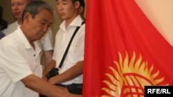 Қырғызстан азаматы Конституциялық референдумда дауыс беріп тұр. Бішкек, 27 маусым 2010 жыл.