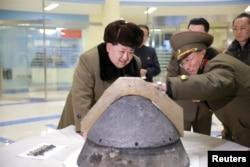 Кім Чен Ин оглядає нову ядерну боєголовку. 2017 рік
