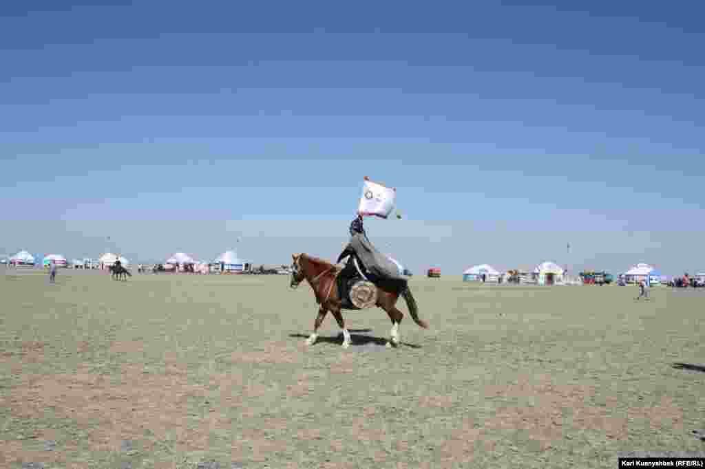 Знаменосец верхом на коне в сцене на историческую тему.