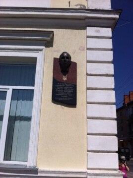 Фасад гимназии, в которой учился Степан Бандера, - город Стрый