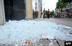 Уламки розбитої вітрини магазину мобільної техніки, Штутгарт, 21 червня 2020 року