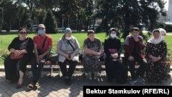 Сирияда калган кыргызстандык кыз-келиндердин жакындары Бишкекте акция өткөрүп, бийликтен аларды мекенине кайтарууга жардам сурашты. 2020-жылдын 3-августу.