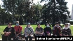 Родственники кыргызстанок, остающихся в Сирии, провели акцию в Бишкеке. Они просят у властей помощи в возвращении женщин домой. 3 августа 2020 г.