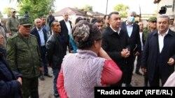 Премьер-министр Таджикистана Кохир Расулзода в одном пострадавших кварталов Куляба