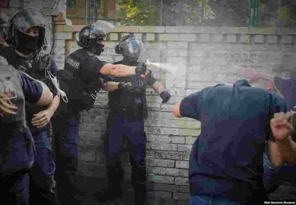 Policia ukrainase përdor sprej ndaj protestuesve kundër komunitetit LGBT në Kiev.