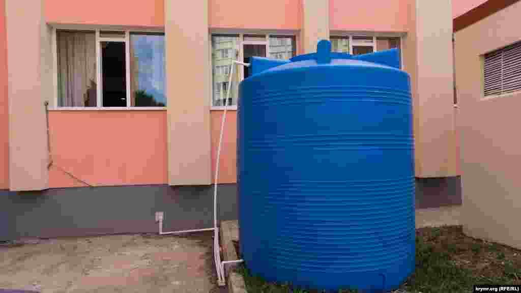 Резервна ємність з привізною водою у дворі сімферопольської школи-ліцею №41. Вода використовується для потреб шкільної їдальні