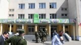 Forțe de ordine în fața școlii din Kazan unde a avut loc atacul armat. 11 mai 2021