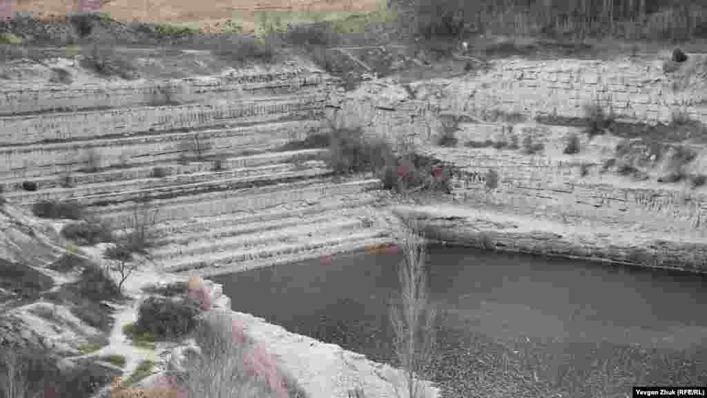 Рівень води в кар'єрі сильно знизився після викачування води. Зниження рівня води добре помітно по величезних східцях, що утворилися під час видобутку каменю-вапняку, 22 січня 2021 року