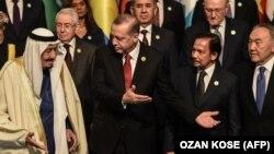 ملک سلمان، پادشاه عربستان، در جمع رهبران سازمان کنفرانس اسلامی در اجلاس استانبول