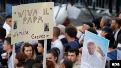 Građani Tirane dočekuju papu