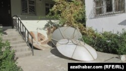 Officially, satellite dishes are being removed from Turkmen cities because they are considered an eyesore, but many suspect authorities of using this as an excuse to restrict access to information from nonstate media. (file photo)