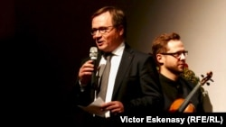 Raimund Trenkler, președintele și fondatorul Academiei Kronberg elogiindu-l pe Gidon Kremer, marți seară