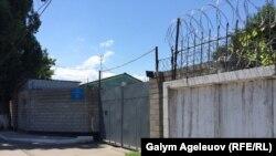 У ворот спецприемника для административно арестованных на улице Лобачевского в Алматы.