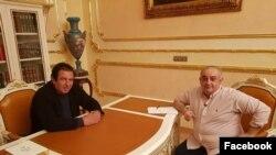 Журналист Петрос Казарян и лидер партии «Процветающая Армения» и блока «Царукян» Гагик Царукян (слева), Ереван, 28 апреля 2018 г.
