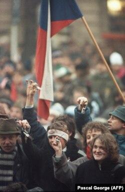 """Люди звенят ключами на улицах Праги 4 декабря 1989 года во время """"бархатной революции"""""""