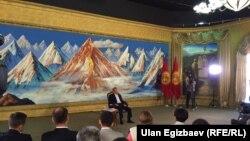 Президент Кыргызстана Алмазбек Атамбаев на пресс-конференции в Чолпон-Ате, 1 августа 2016 года.