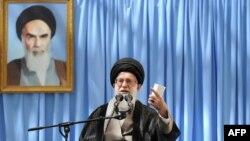 Аятола Алі Хаменеї виступає в мавзолеї аятоли Руголли Хомейні в передмісті Тегерана, 4 червня 2013 року