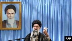 آیتالله خامنهای، رهبر جمهوری اسلامی میگوید که مسئله اصلی امروز ایران «اقتصاد» است
