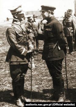 Симон Петлюра (праворуч) та польський генерал Антоній Лістовський під час польсько-радянської війни