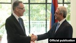 Президент Армении Серж Саргсян (справа) и посол Франции в Армении Анри Рено