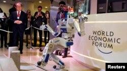 Բազմաֆունկցիոնալ HUBO հումանոիդ ռոբոտը իր հնարավորություններն է ցուցադրում Դավոսում