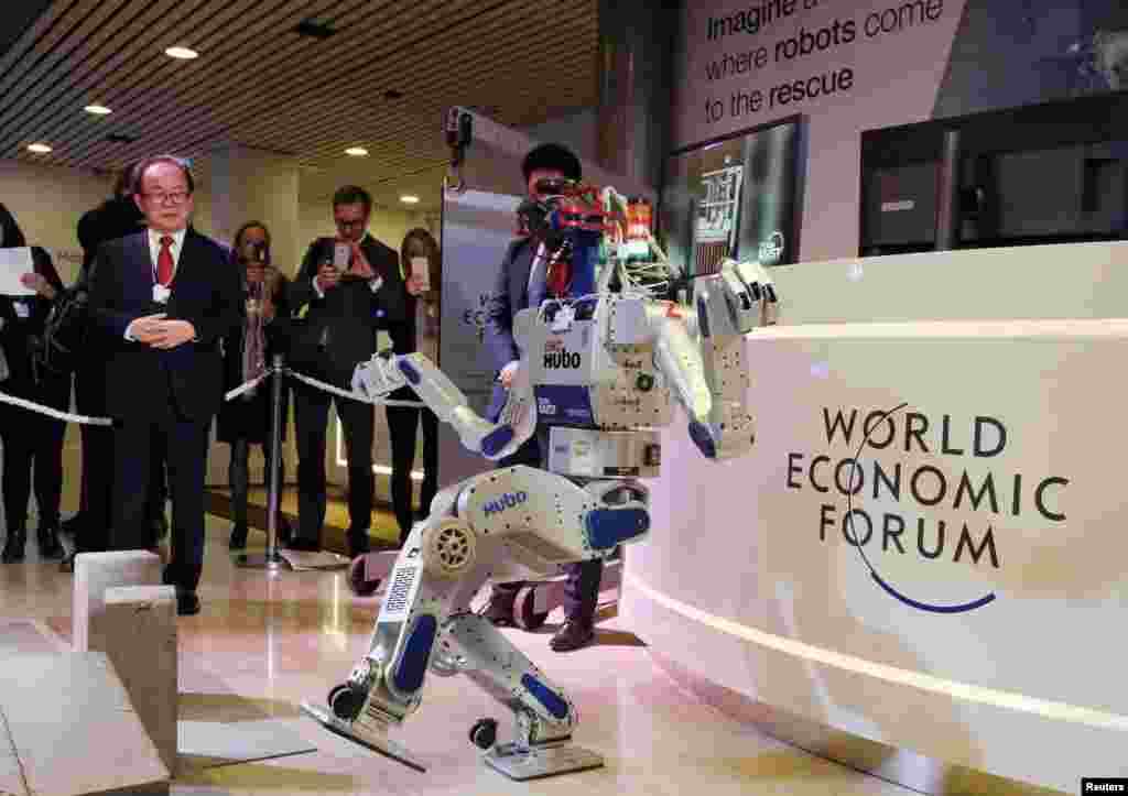 Многофункциональный, умеющий ходить робот-гуманоид HUBO во время демонстрации в Давосе возможностей этой машины, разработанной при участии сотрудников Института передовой технологии и науки Южной Кореи.