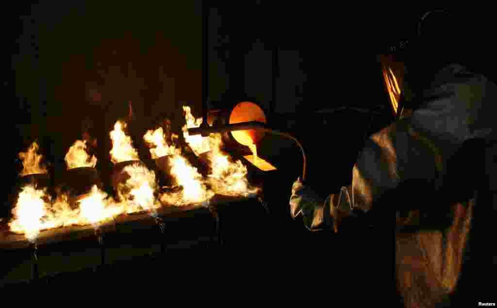 """Сібірдегі Красноярск қаласындағы """"Красцветмет"""" зауыты 99,99 пайыз таза алтын алды.(Reuters/Ilya Naymushin)"""