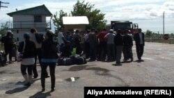 Қорғас кеден бекетінен өткелі тұрған адамдар. Алматы облысы, 26 мамыр 2011 жыл.
