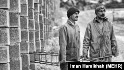 کارگران کارخانه سیمان، عکس تزئینی است