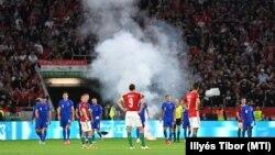 Áll a játék a Puskás Arénában egy pályára dobott füstbomba miatt az angol válogatott harmadik gólja után, 2021. szeptember 2-án
