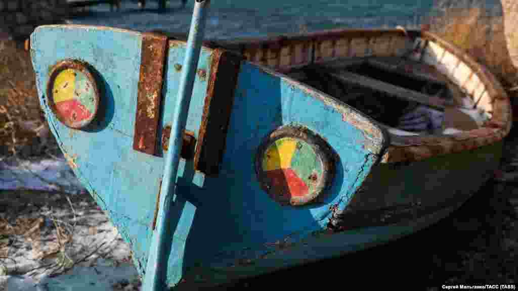 Лодка на берегу Черного моря в Феодосии