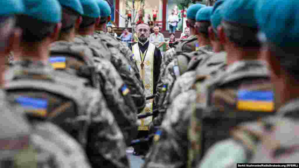 Священик під час репетиції військового параду, приуроченого до Дня Незалежності України. Київ, 18 серпня 2018 року. НА ЦЮ Ж ТЕМУ
