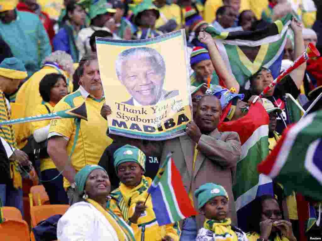 საზეიმო გახსნის ცერემონია იოჰანესბურგში: ექს-პრეზიდენტ ნელსონ მანდელას პორტრეტებს ყოველ ფეხის ნაბიჯზე ნახავდით - 11 ივნისს სამხრეთ აფრიკის ქალაქ იოჰანესბურგში საზეიმოდ გაიხსნა მსოფლიოს მე-19 საფეხბურთო ჩემპიონატი. დედამიწის 32 საუკეთესო გუნდი ჩაება პლანეტის უმნიშვნელოვანეს სპორტულ პაექრობაში, რომლის გამარჯვებული ზუსტად ერთ თვეში - 11 ივლისს გამოვლინდება.