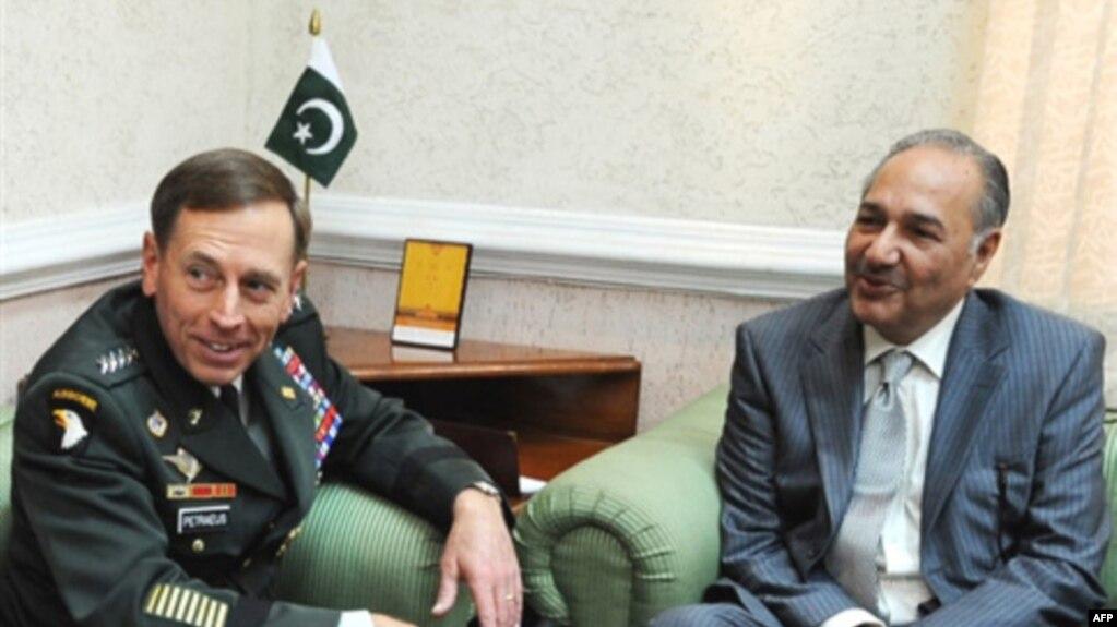 Petraeus Visits Pakistan To Review Counterinsurgency Cooperation