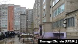 Журналист Айзат Әбдісамат лифтіде қаза ұшыраған көпқабатты тұрғын үй. Ақтөбе, 5 сәуір 2018 жыл