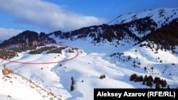 Вид на восточную часть Кокжайляу. Красным обведено приблизительное место под альпийскую деревню и лес, подлежащий вырубке. Казахстан, Кокжайляу, 9 декабря 2012 года.
